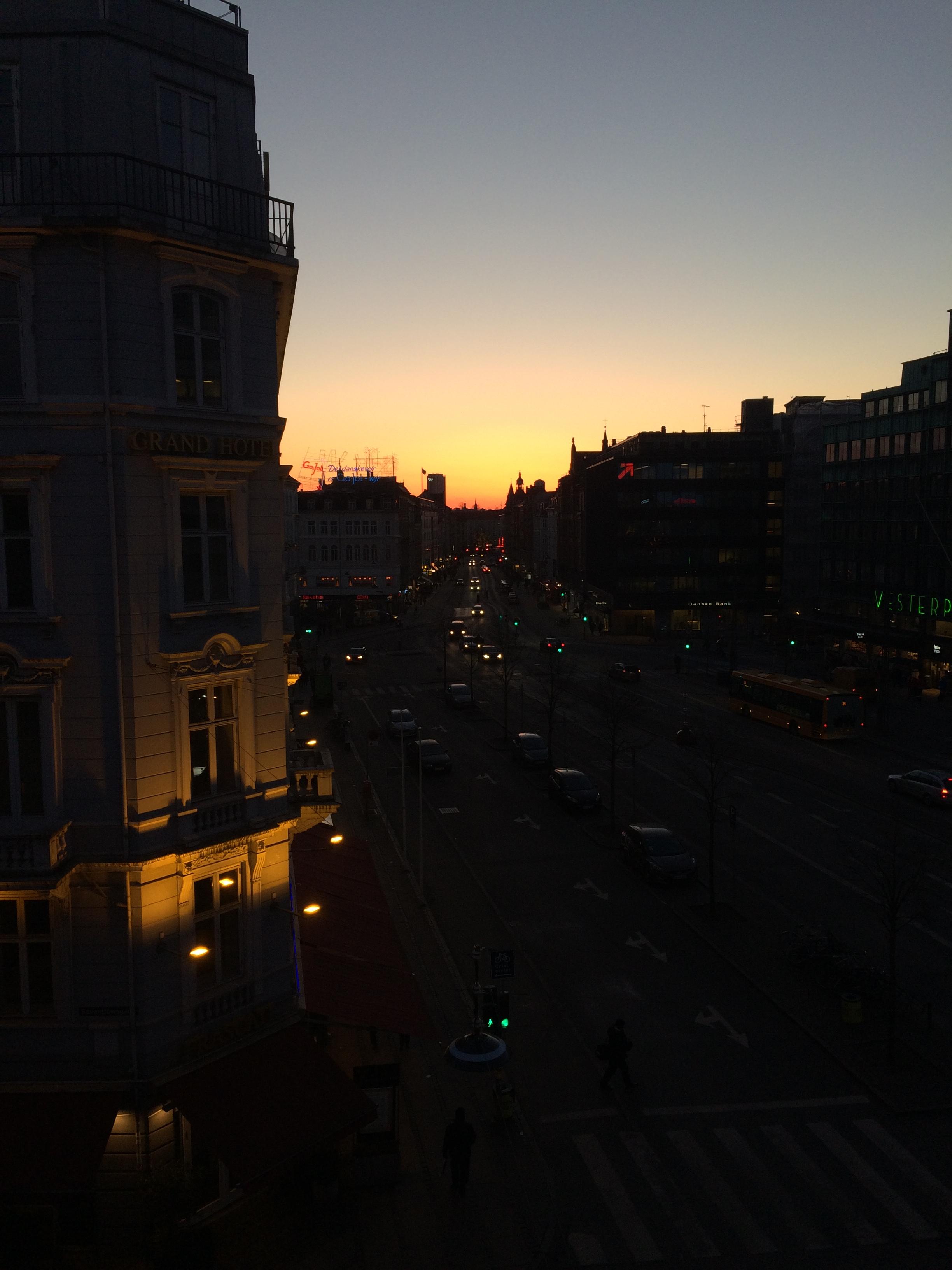 Udsigt fra lytte-værelset til den ene side - Solnedgang over Vesterbrogade