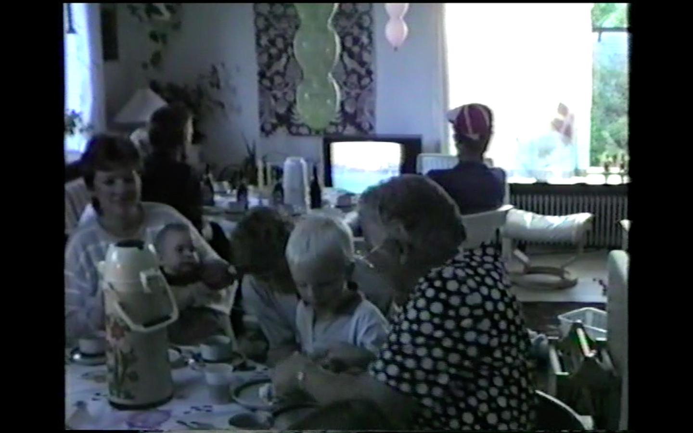 Familiefødselsdagen med både farmor og mormor, og mændene der altid skulle se bold